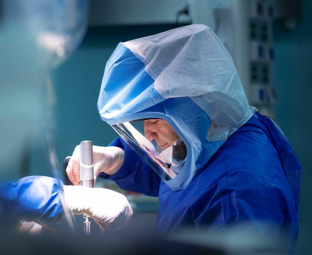 """ד""""ר בנימין בנדר הוא אורטופד מומחה ברכיים ומפרקי ירך"""